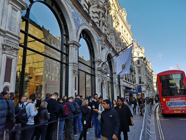 Customers are already queuing at some Apple Store to buy the new iPhone XS