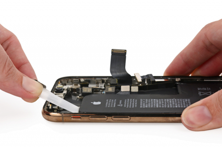iFixit shows us the entrails of the new Smart Battery Case