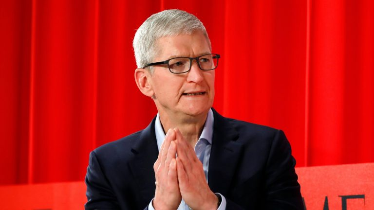 Here's what Tim Cook told his employees to announce Apple's expected drop in sales