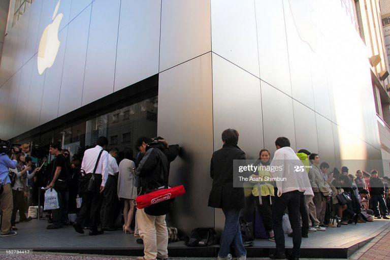 Photos of People Queuing at the Apple Store in Japan