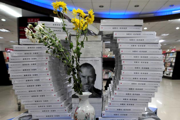 a statue of Steve Jobs in Budapest